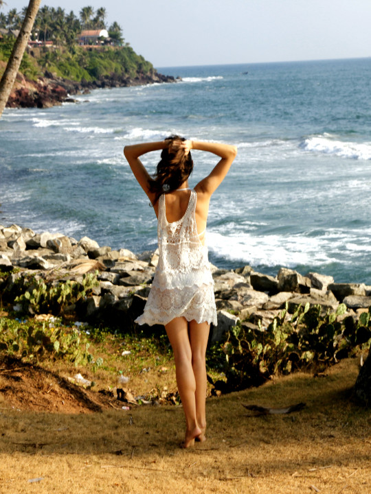 Белое вязанное пляжное платье